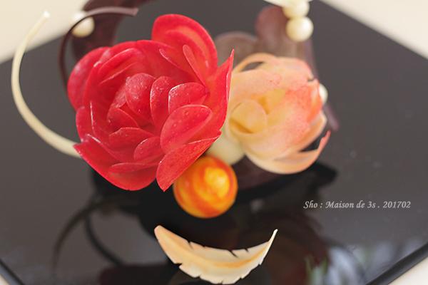 チョコレート細工で作る花とチョコレートの朱鷺の羽根
